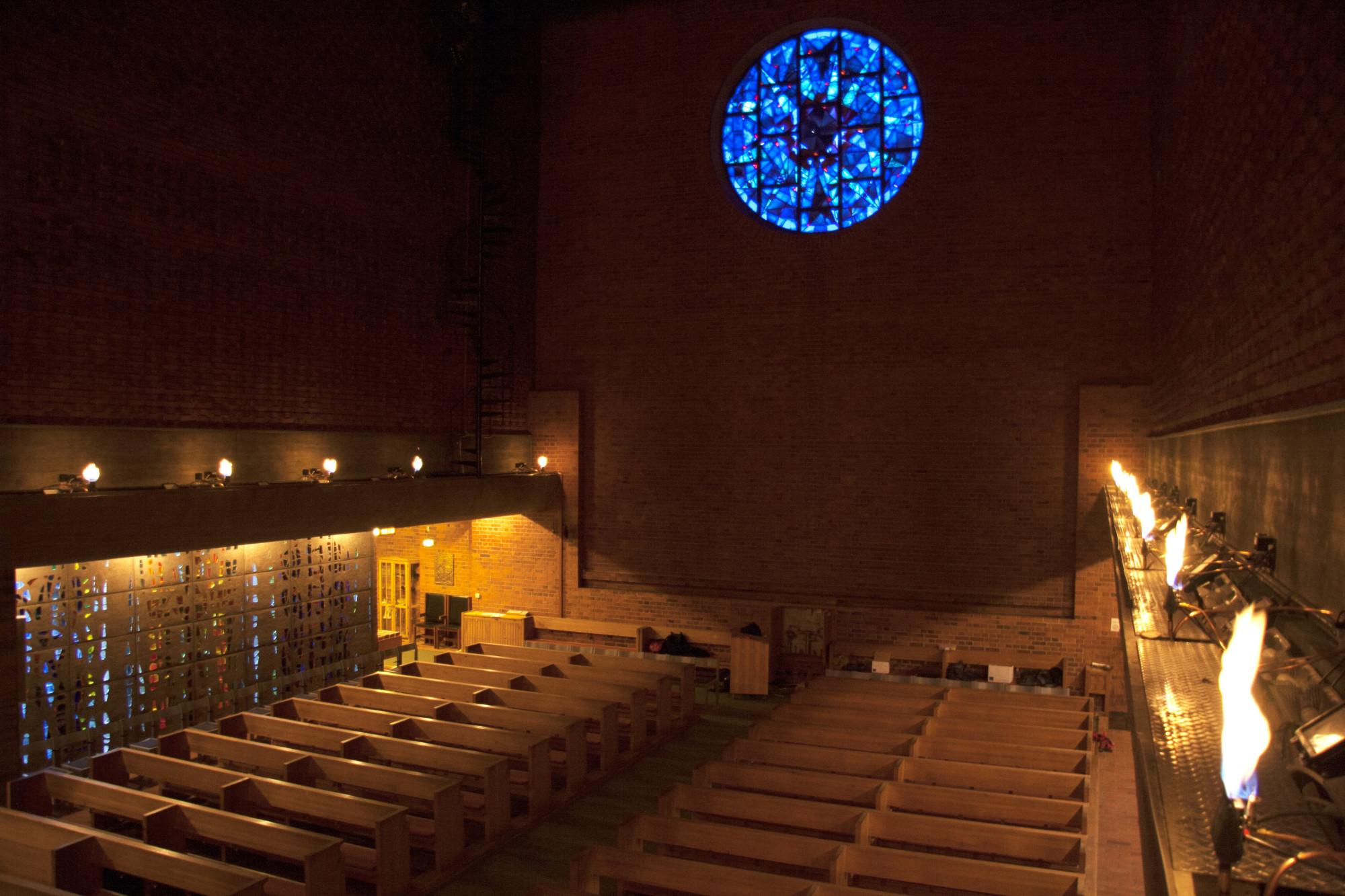 Totalt 21 gasfacklor lyser upp kyrkosalen.