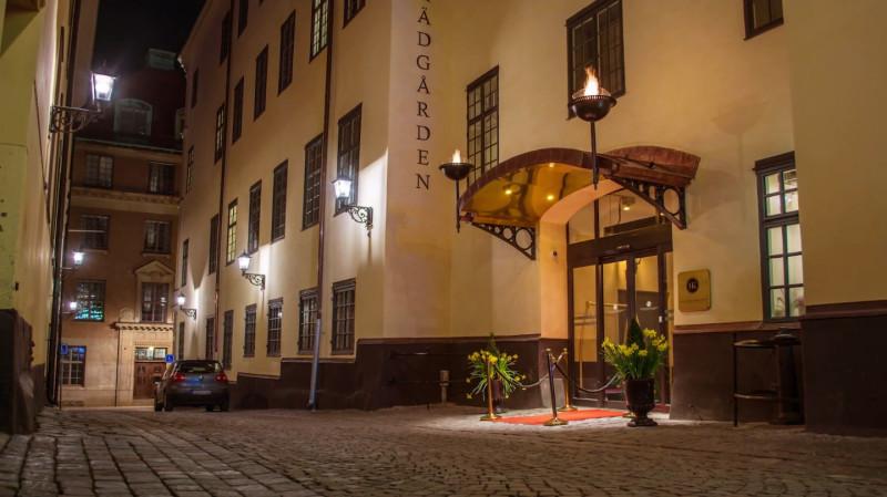 Gasfacklor välkomnar gästerna till Hotel Kungsträdgården-Brasserie Makalös